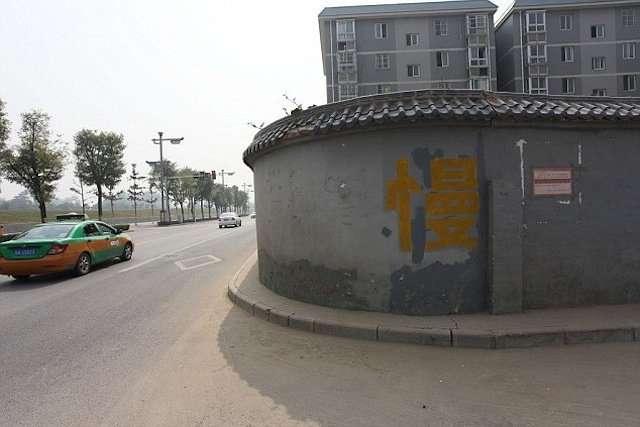 У Китаї житловий будинок виявився по середині шосе